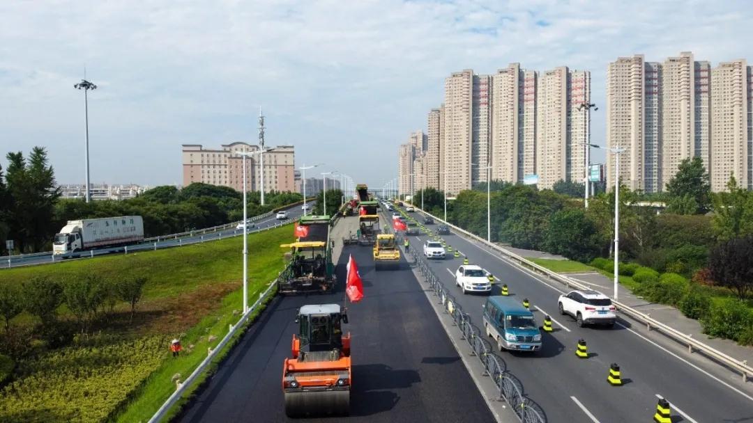 长江中路(第一大道-G312段)路面施工顺利完成